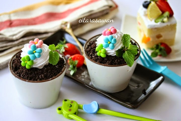 Make these adorable ice-cream in a vase cup