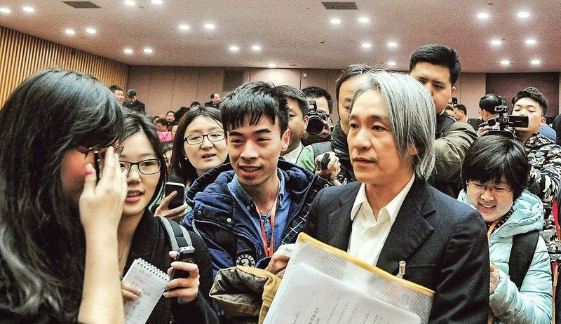 Stephen Chow attracts attention at the CPPCC meeting