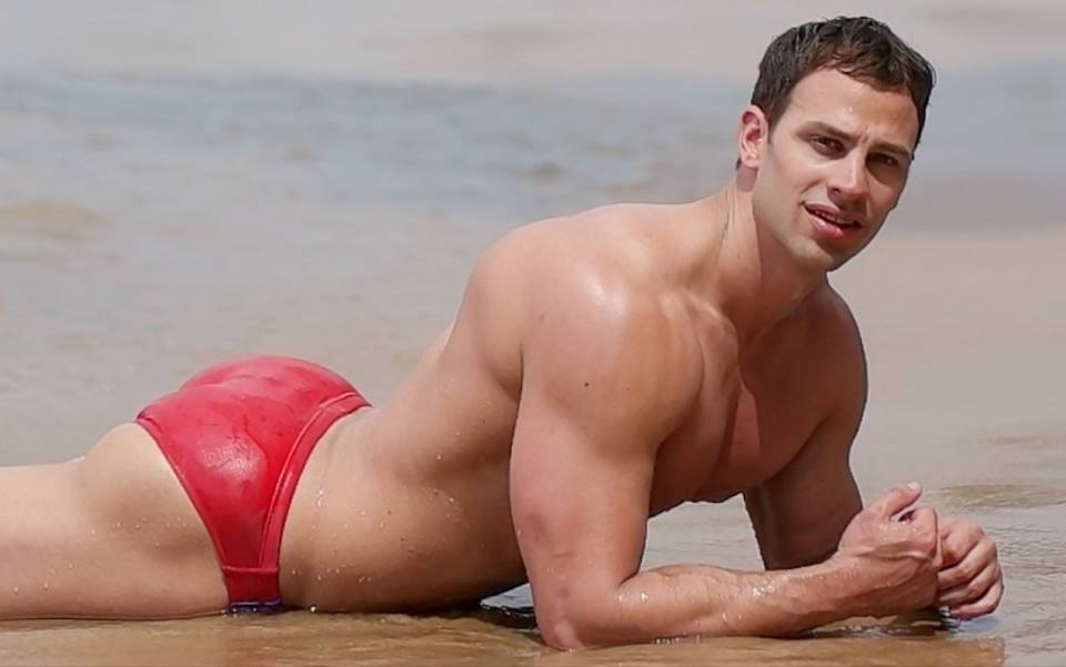 """Sexy dude in speedo covering Adele's """"Hello"""" will make you speechless"""