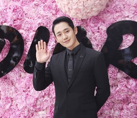 Jung Hae-in renews contract with FNC Entertainment
