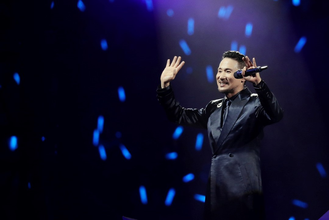 Jacky Cheung gives special gift to fans at KL encore concert