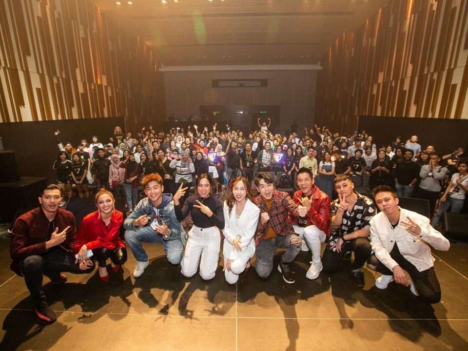 Fazura, Alvin Chong and more treat fans to pizza and music