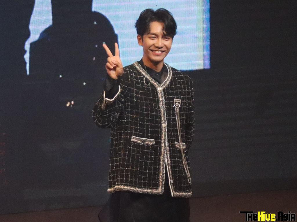 Lee Seung-gi feeds lucky fan popiah at KL fan meeting