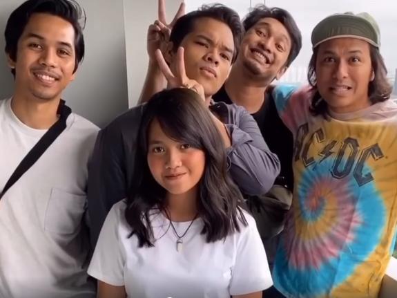 "Aizat Amdan shares behind-the-scenes video for ""Ku Mau"""