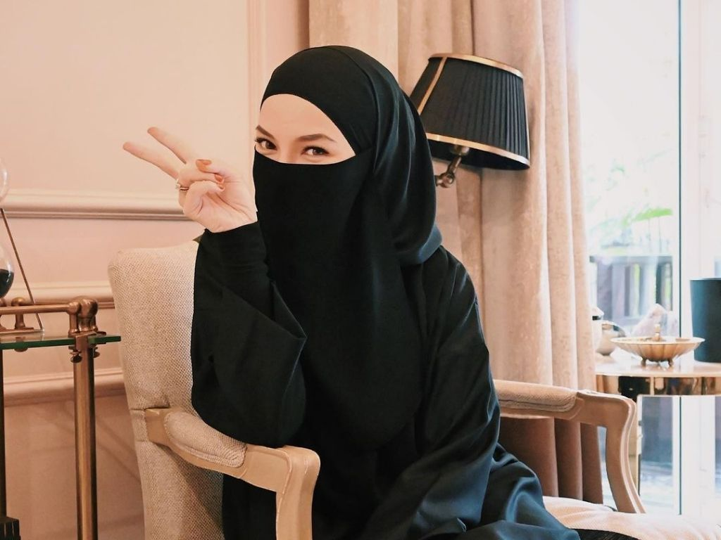 Neelofa sparks pregnancy rumours during IG live